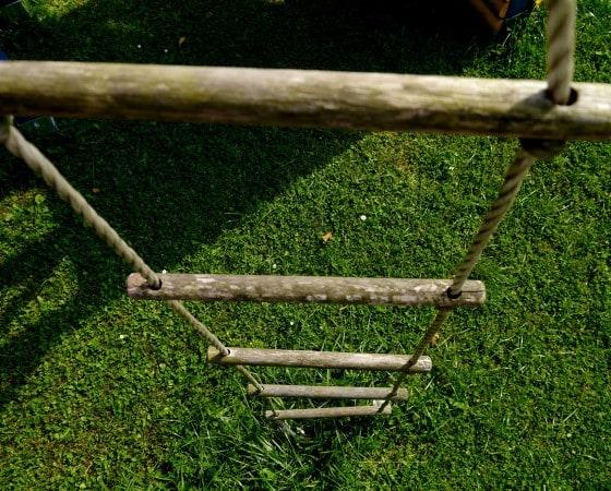 Eine wackelige Strickleiter als Kletterherausforderung
